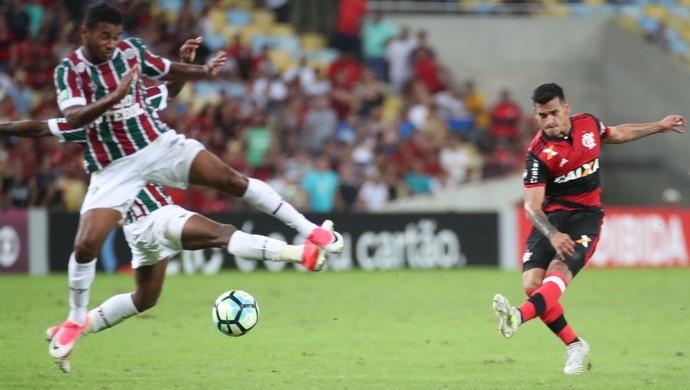 Trauco chuta de longe e empata Fluminense 2 x 2 Flamengo - Campeonato Brasileiro 2017 (Foto: Gilvan de Souza/Flamengo)