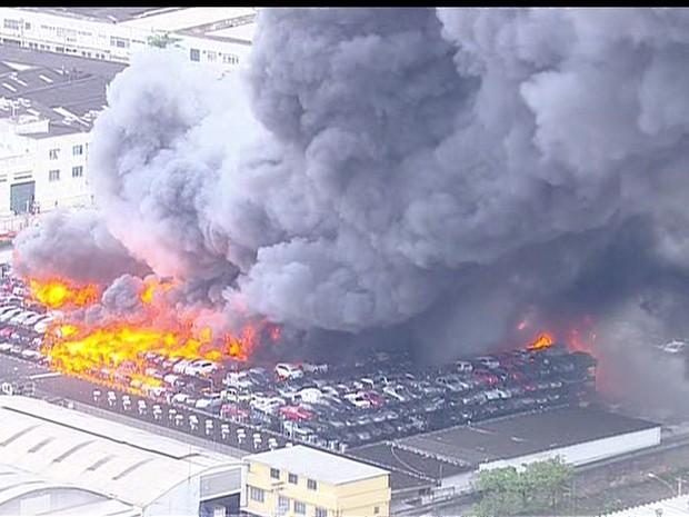 Incêndio em depósito de carro (Foto: Reprodução / GloboNews)
