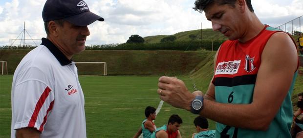André Zaros ajusta relógio GPS no zagueiro Luís Henrique (Foto: Cleber Akamine / globoesporte.com)