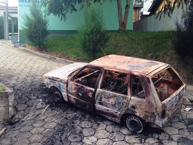 Suspeitos atearam fogo em um veículo estacionado em frente à delegacia  (Foto: Gabriel Felipe/RBS TV)