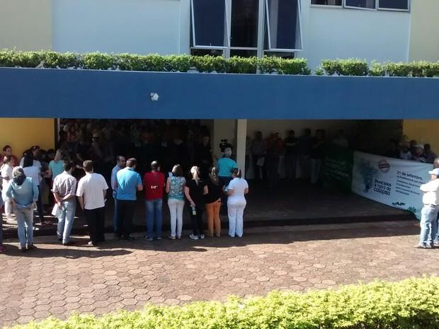 Em São João, o prefeito reuniu os servidores e a população para explicar os efeitos da crise econômicas sobre os setor público (Foto: AMSOP / Divulgação)
