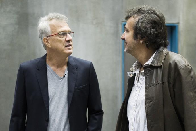Pedro Bial acompanha o diretor José Alvarenga Jr. nas gravações de Supermax (Foto: Caiuá Franco / Globo)