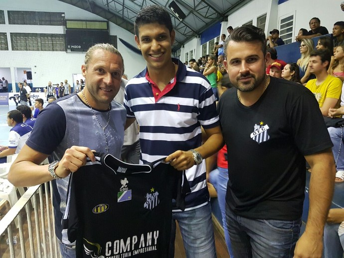 Rodrigo Gral entrega camisa do Operário no jogo da Superliga B (Foto: Divulgação/Operário-MS)