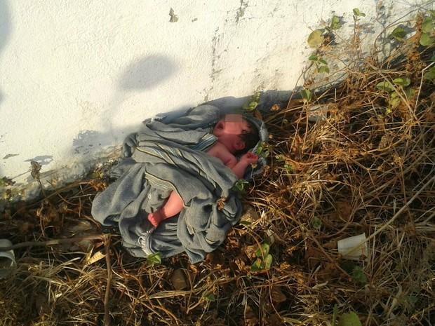 Bebê foi encontrado por moradores que moram próximo ao local onde foi abandonada (Foto: Antônio Rodrigues Barros Filho/Arquivo Pessoal)