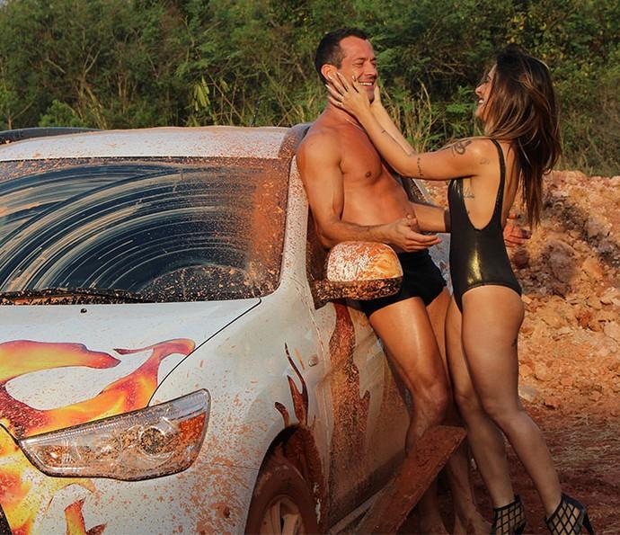 Apolo e Tamara se divertem no meio da lama (Foto: Paula Oliveira/Gshow)
