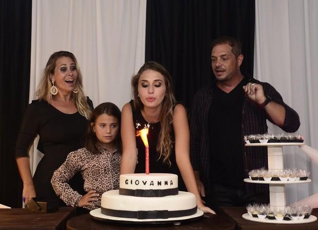 Hora do parabéns! Giovanna, ao lado dos pais, Andréia Sorvetão e Conrado  (Foto: Roberto Teixeira/EGO)
