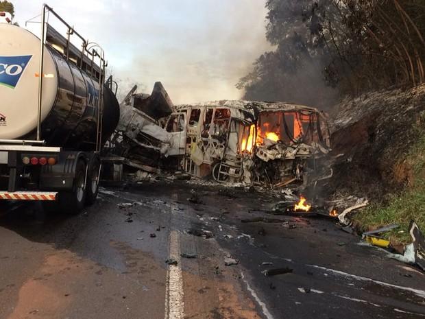 Acidente entre caminhão carregado com leite e ônibus bateram na PR-323, em Cafezal do Sul, nesta segunda-feira (Foto: Divulgação/PRE)