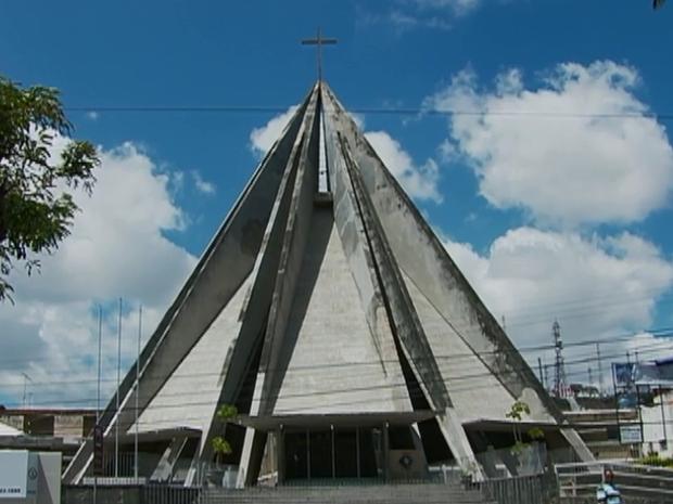 Catedral tem uma arquitetura moderna, com vitrais e formas diferenciados. (Foto: Reprodução/ TV Asa Branca)