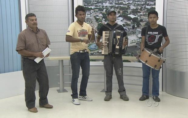 Após ficar um tempo sem cantar, Clóvis Gadelha agora faz parceria com a banda Forrozão Chinelada (Foto: Roraima TV)