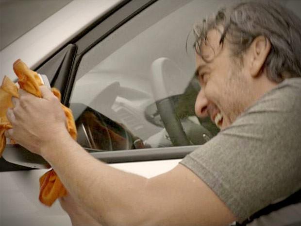 Sem frescura, Cadinho começa a lavar carros para ganhar uns trocados  (Foto: Avenida Brasil / TVGlobo)