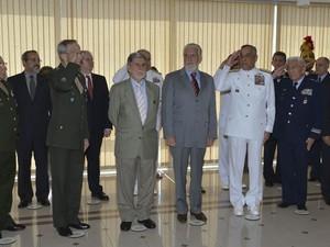Chefes das Forças Armadas do Brasil batem continência para o novo ministro da Defesa, Jaques Wagner, e para seu antecessor, Celso Amorim, em solenidade de passagem do cargo no ministério em Brasília (Foto: Valter Campanato/Agência Brasil)