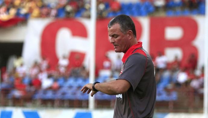 CRB x Mogi Mirim - Técnico Mazola Júnior confere tempo do jogo (Foto: Ailton Cruz/Gazeta de Alagoas)