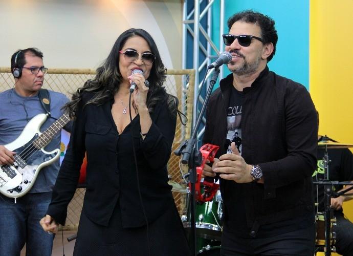 Eliana Printes canta ao lado da banda Sun 7 (Foto: Katiúscia Monteiro/ Rede Amazônica)