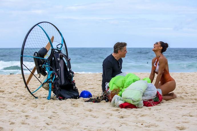 Fábio Assunção e Juliana Paes em momento descontraído durante gravação na praia (Foto: Ellen Soares / Gshow)