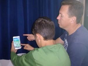 Sidnei aprende a jogar Pokémon com o filho Natan, de 11 anos (Foto: Danielle Luciane dos Santos/ arquivo pessoal)