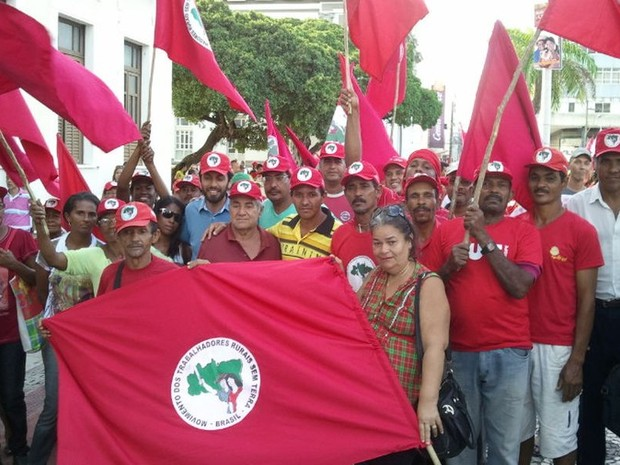 MST se reúne a manifestantes em praça de Aracaju (Foto: Flávio Antunes/G1 )