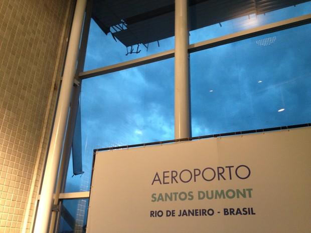 Telhas foram derrubadas com o vento (Foto: Patrícia Pinheiro/TV Globo)