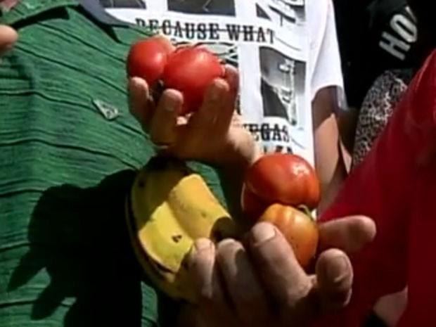 Até frutas como tomates e bananas costumam se multiplicar em dois em Pedralva (Foto: Reprodução EPTV)