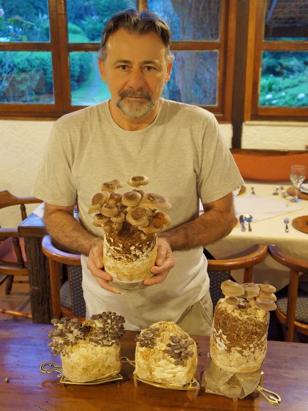 Ricardo e cogumelos cultivados no sítio (Foto: Flavio Flarys / G1)