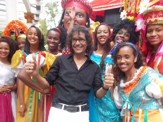 Luiz Caldas e o grupo de Danças de Folgueiros participam do Furdunço no Carnaval de Salvador (Foto: Maiana Belo / G1 Bahia)