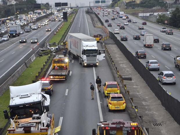 Uma carreta seguia no sentido São Paulo da Via Dutra, quando perdeu o controle a transpôs a pista na madrugada desta sexta-feira (30) (Foto: Edu Silva/Futura Press/Estadão Conteúdo)