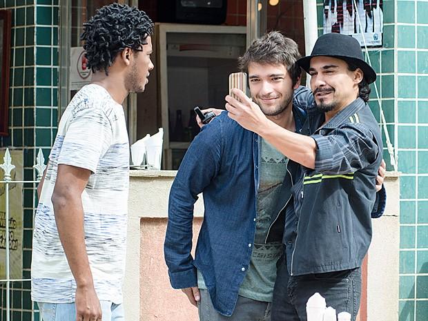 Cidão faz selfie com Davi antes de saber que Matias vai deixar o trabalho (Foto: Geração Brasil / TV Globo)