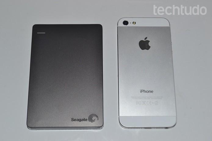 Dispositivo da Seagate é mais baixo que um iPhone (Foto: Thiago Barros/TechTudo)