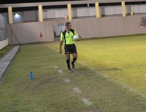 Quarto árbitro encontra bola, e assim, partida recomeça (Foto: Hévilla Wanderley / GloboEsporte.com/pb)