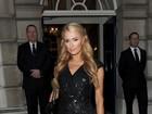 Paris Hilton usa look poderoso com fenda em festa pré-casamento da irmã