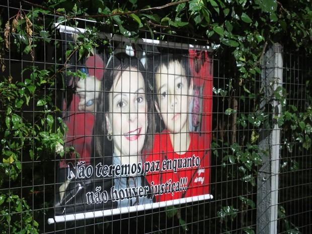 Cartazes pedem justiça um após morte do menino (Foto: Felipe Truda/G1)