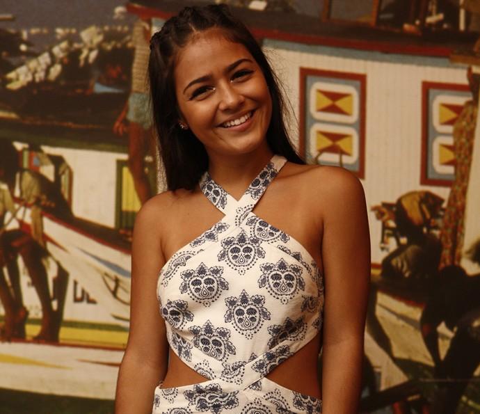 Fofíssima, Giullia Buscacio sorri antes de assistir ao primeiro capítulo de 'Velho Chico'; ela será Olívia na segunda fase (Foto: Inacio Moraes/ Gshow)