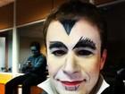 No Halloween, apresentador Tiago Leifert posa vestindo fantasia de vampiro
