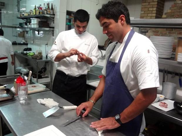 Irmãos Castanho trabalham juntos na cozinha do Remanso, e contam com ajuda dos pais para administrar o restaurante (Foto: Natália Mello / G1)