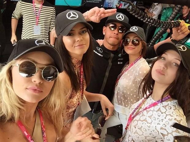 Gigi Hadid apresenta Lewis Hemilton as amigas (Foto: Instagram / Reprodução)