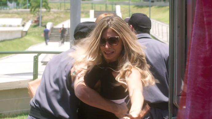 Luciane é presa por vender roupa sem licença e nota fiscal (Foto: TV Globo)