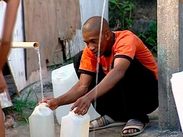 Moradores voltam a receber água salgada em São Mateus (Foto: Reprodução/ TV Gazeta)