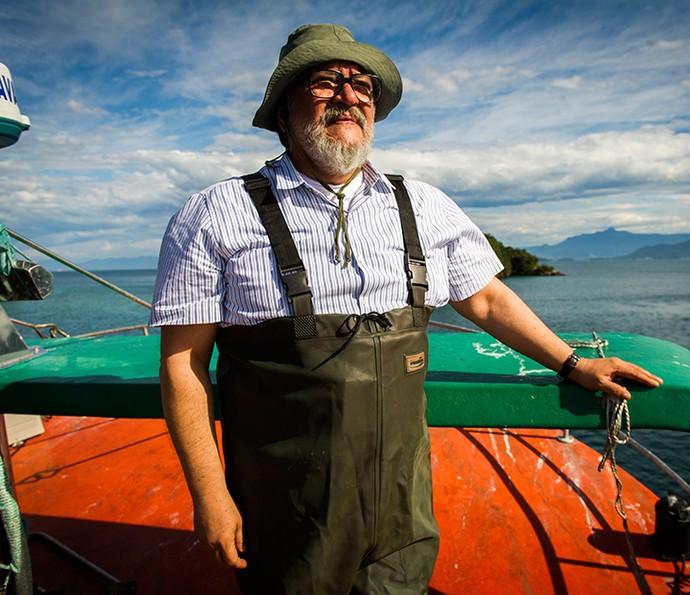 Luis Melo posa em um barco de pesca de sardinhas como Kazuo Tanaka (Foto: TV Globo / João Miguel Júnior)