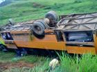Ônibus tomba com mais de 30 passageiros em estrada no Acre