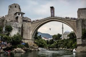 Salto de penhasco em Mostar, Bósnia