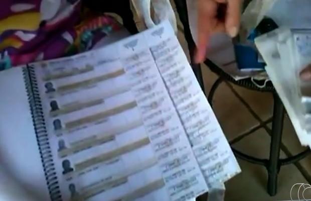 Homem encontra documentos eleitorais jogados em rua de Goiânia, Goiás (Foto: Reprodução/TV Anhanguera)