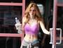 Bella Thorne exibe barriga chapada e curvas nos Estados Unidos