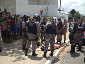 Vítima caiu em uma praça e foi socorrida para o Hospital de Trauma da capital (Foto: Walter Paparazzo/G1)