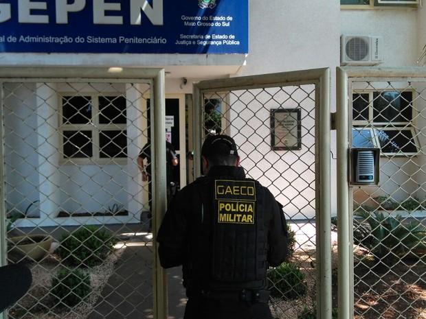 Gaeco em busca na Agência Estadual de Administração Penitenciária de MS (Foto: Osvaldo Nóbrega/ TV Morena)