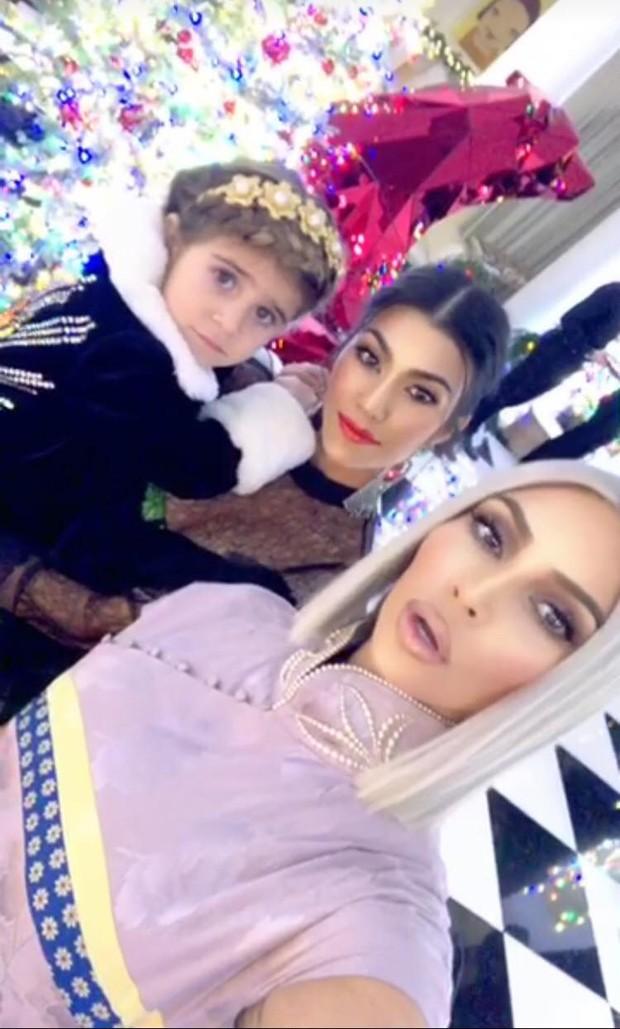 Kim,Kourtney e Penelope (Foto: Reprodução)