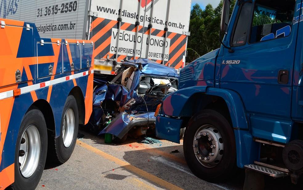 Carro parou embaixo de uma das carretas e ficou completamente destruído (Foto: Frarlei Nascimento/ Blitz Conquista)