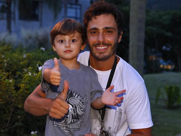 Gabriel faz pose para foto com o pai (Foto: Guerra dos Sexos / TV Globo)