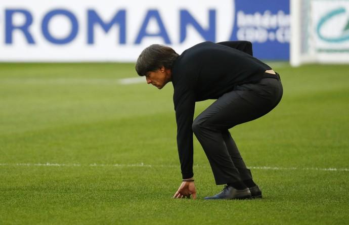Joachim Low faz reconhecimento de gramado no estádio Velodrome (Foto: Reuters )