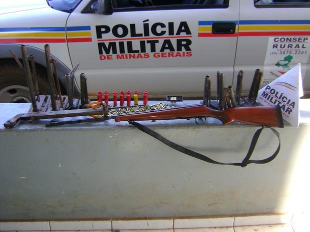 Armas apreendidas com o suspeito na zona rural de Unaí (Foto: Divulgação / Polícia Militar)
