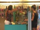 Luma de Oliveira faz compras, troca de roupa em loja e tira fotos com fã