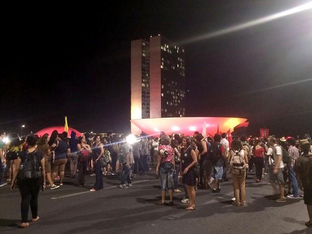 Manifestantes contra a PEC 241 se concentram em frente ao Congresso Nacional, em Brasília (Foto: Mateus Vidigal/G1)